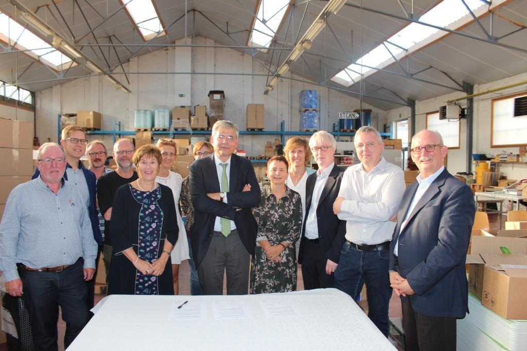 groepsfoto ondertekening STAM en 4Werk