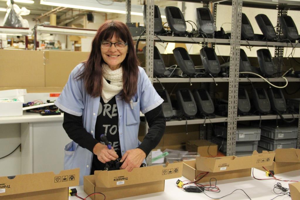 vrouw aan het werk in elektrobekabeling